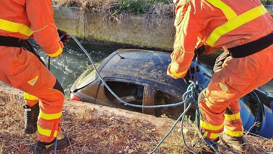 Rescatada tras caer con su coche en una acequia