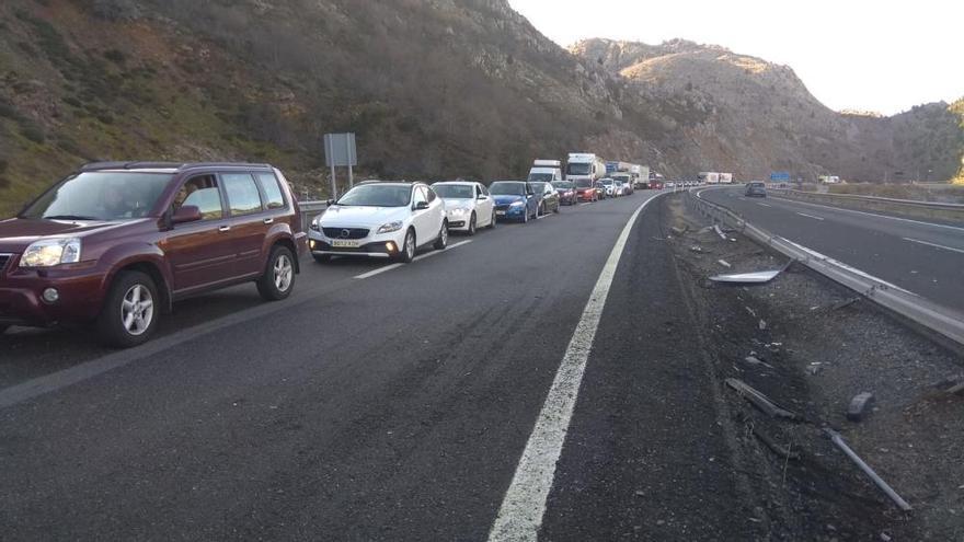 La autopista del Huerna, cortada por un accidente en Barrios de Luna