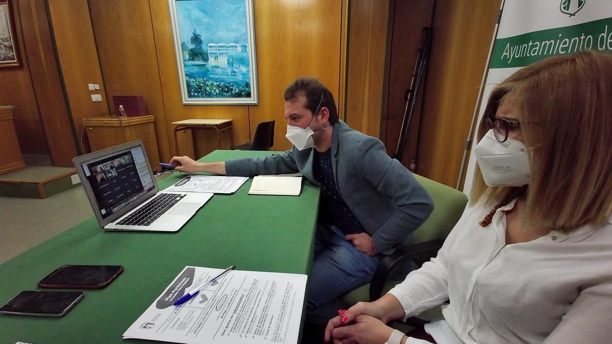 La alcaldesa de Petrer y el concejal de Desarrollo Económico resolviendo las dudas del Plan Paréntesis.