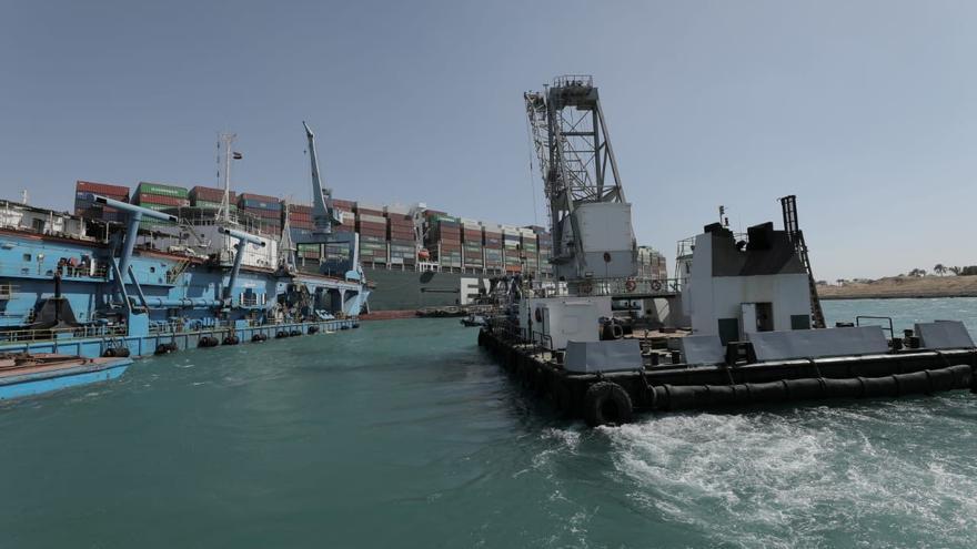 El timón y las hélices de Ever Given, que bloquea el canal de Suez, ya están liberados