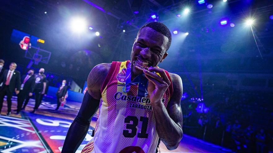 El Casademont invita a sus aficionados a fotografiarse con la medalla lograda en Champions