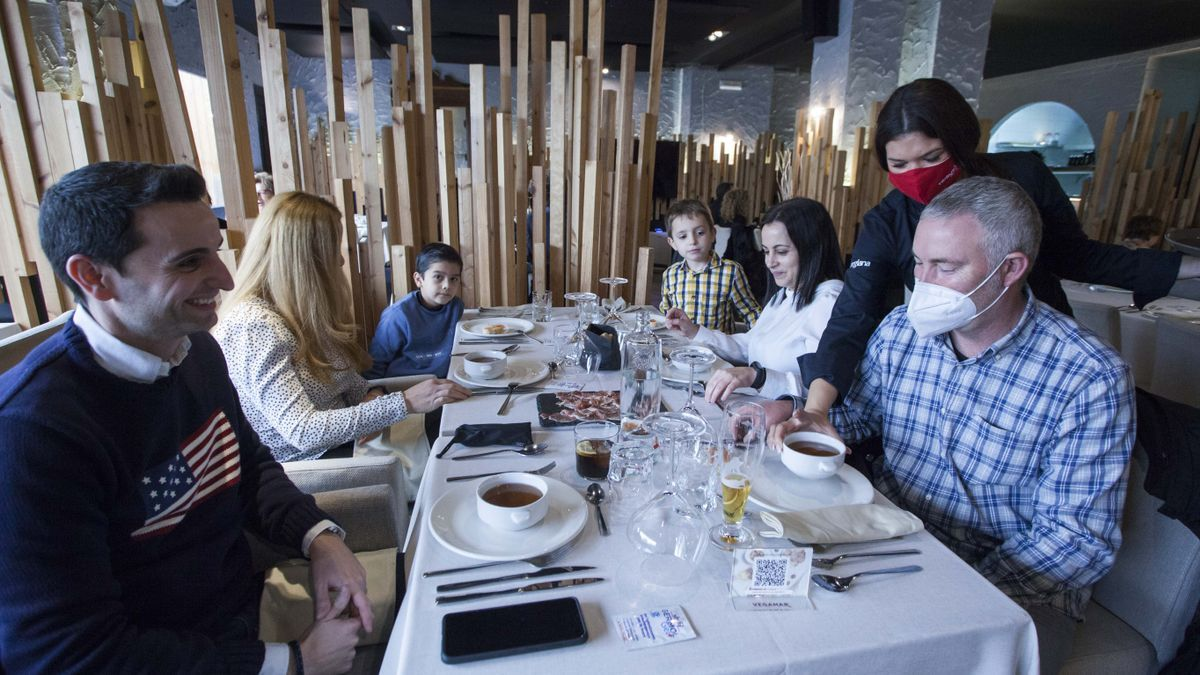 Una familia come en el interior de un restaurante en València.