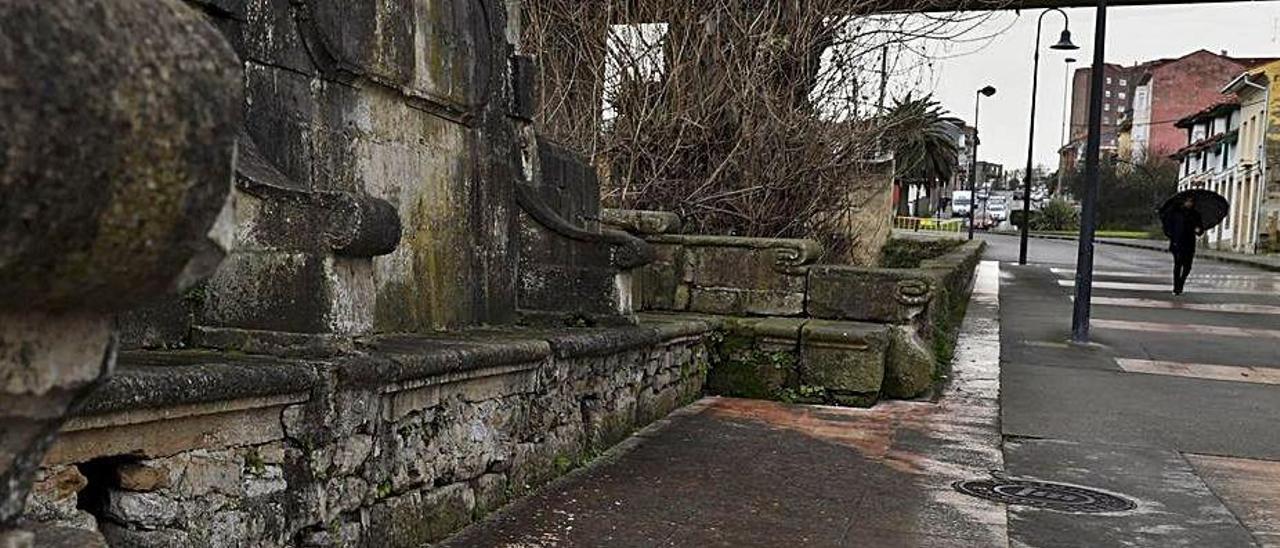 Uno de los bancos de piedra del monumento de Los Canapés.