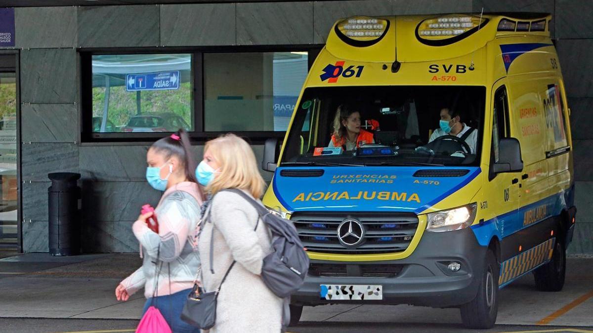 Ambulancia en el servicio de Urgencias del hospital de Vigo