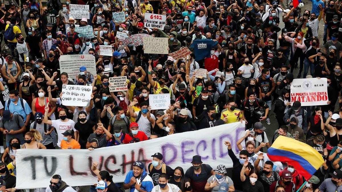 Miles de personas protestan en Medellín contra la reforma tributaria.