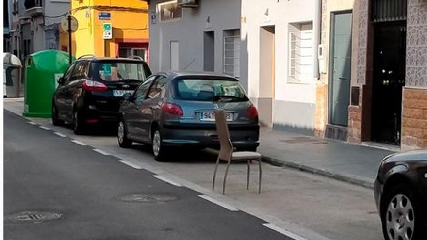 Vecinos del Cabanyal denuncian la colocación de sillas o tendederos para reservar aparcamiento