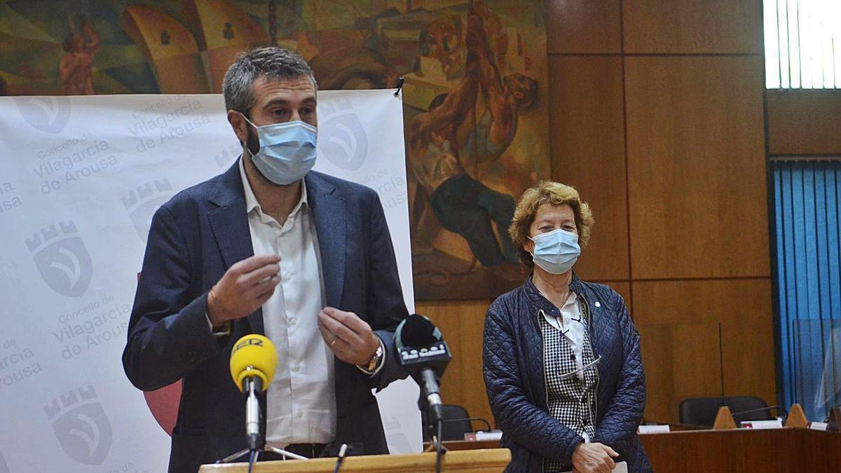 El alcalde, Alberto Varela, y la concejala de Hacienda, Luz Abalo. |   // NOÉ PARGA