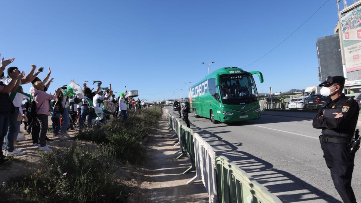 Los aficionados jalean a su equipo a su llegada en autobús al Martínez Valero