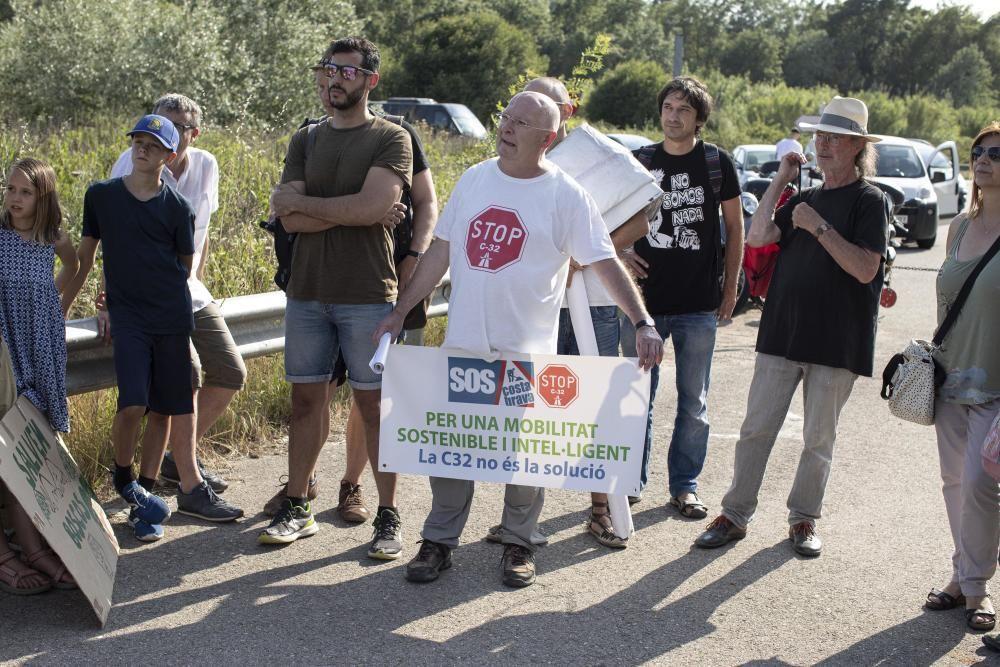Protesta de la plataforma Aturem la C-32 a peu de carretera