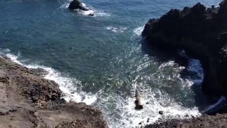 Los restos del barco hundido Ángela Pando en el muelle de La Esfinge