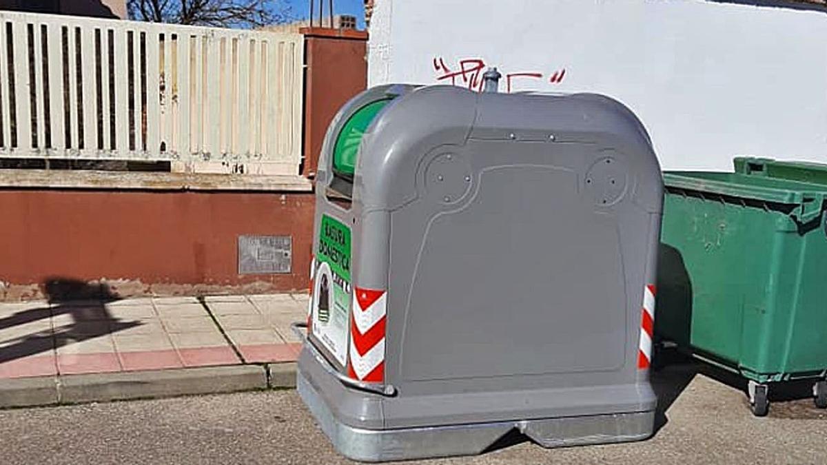 Uno de los nuevos contenedores metálicos instalados en Villaralbo   Cedida