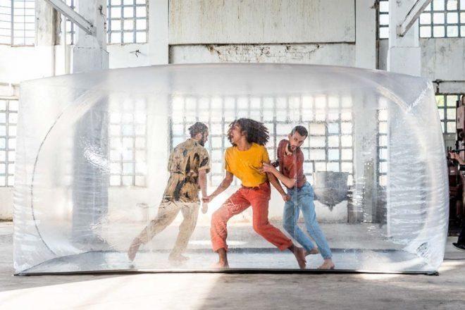 Dentro de la instalación performance de la artista Melisa Zulberti