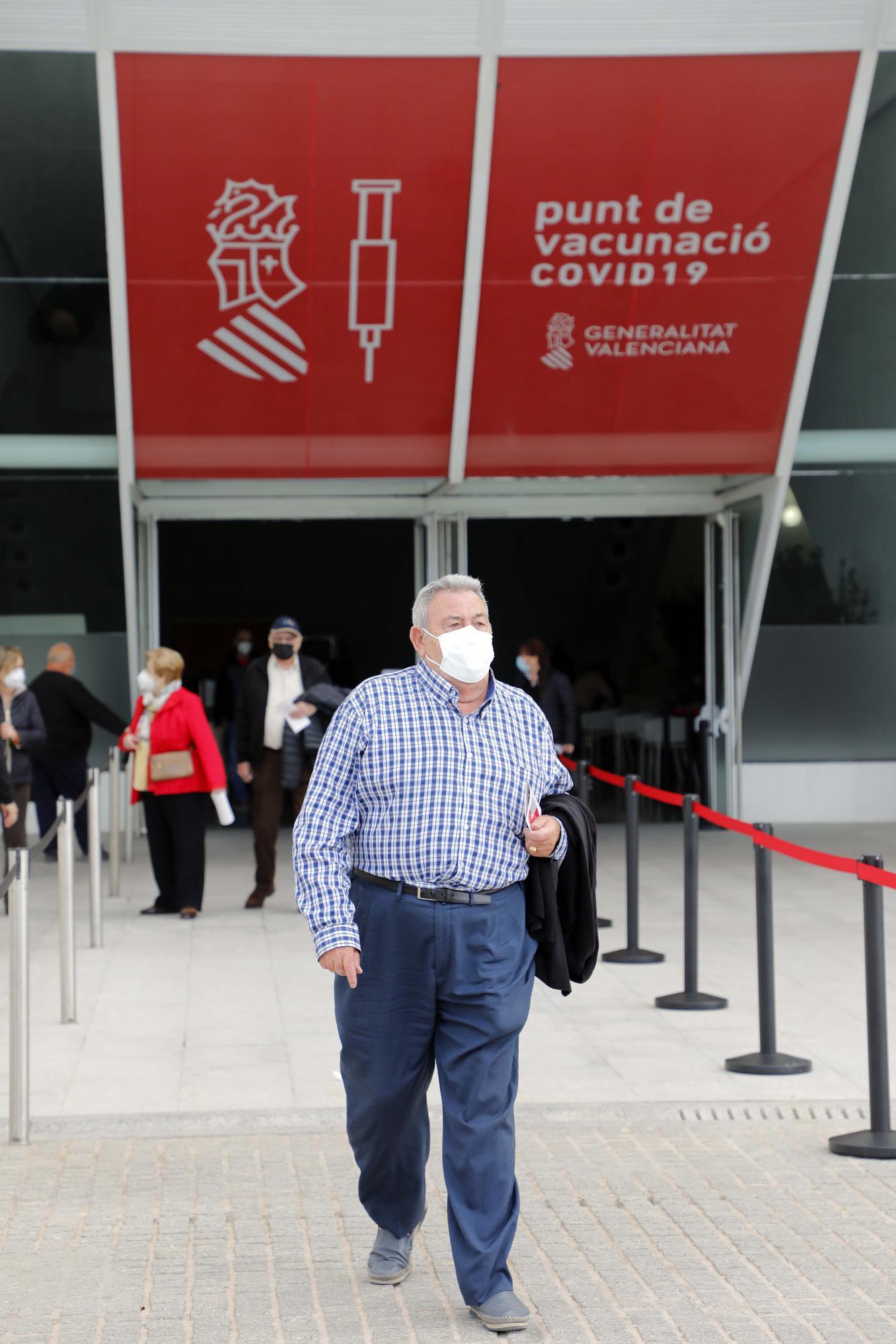 Las imágenes del segundo día de vacunación masiva en la Ciutat de les Arts i les Ciències