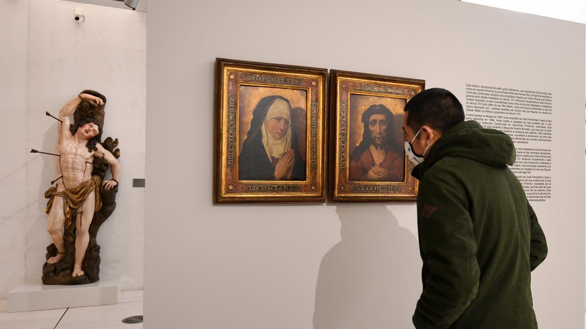 Un espectador contempla el díptico procedente del expolio nazi en el primer día de su exhibición