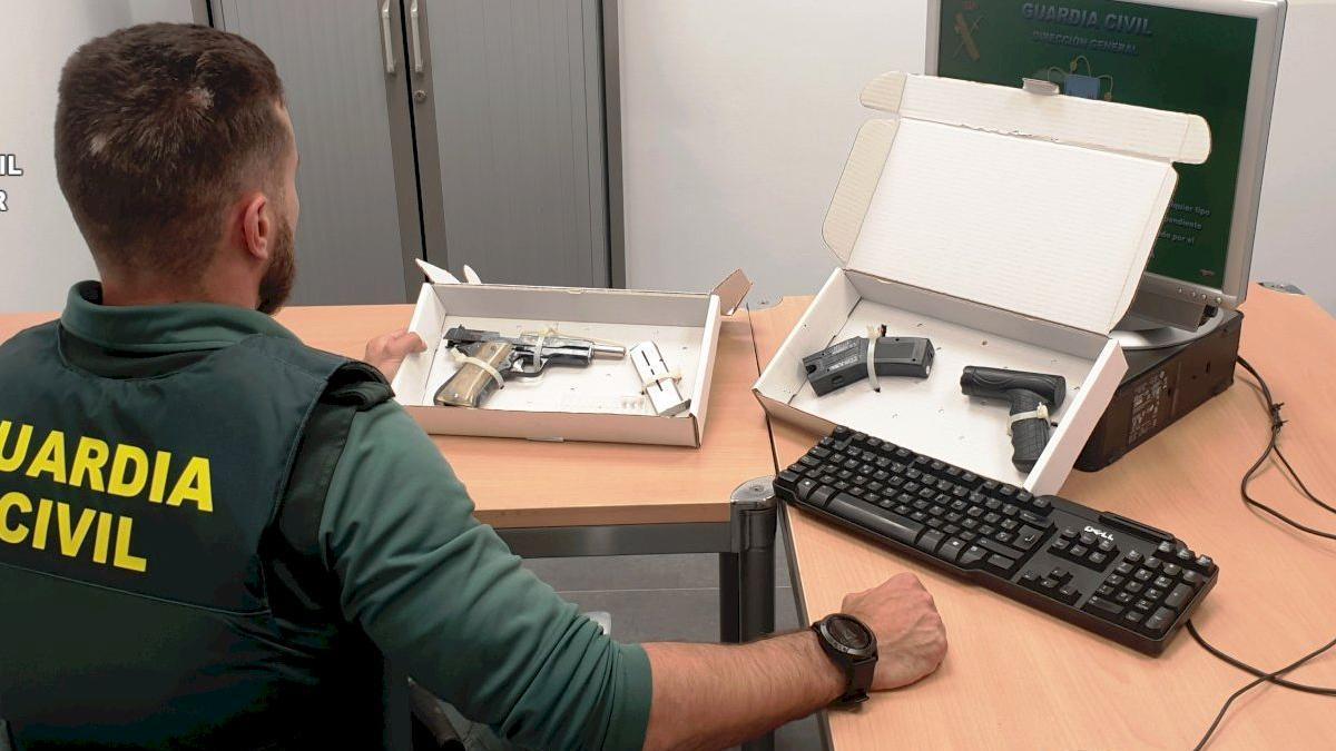 Imagen de las armas incautadas por la Guardia Civil