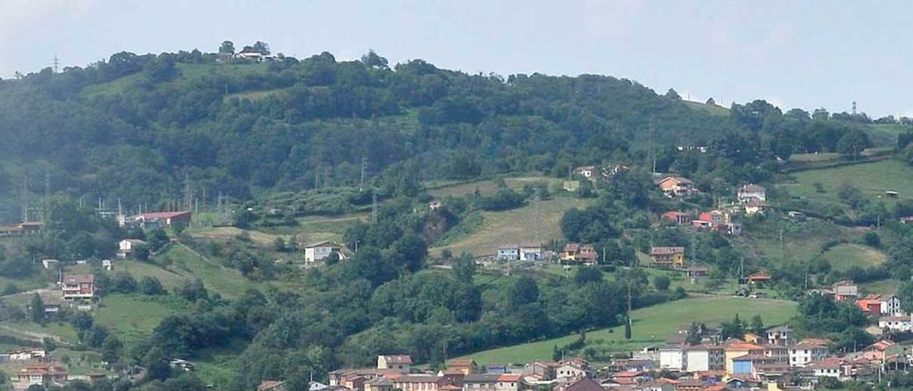 El castillete del pozo Fondón, con La Felguera al fondo.