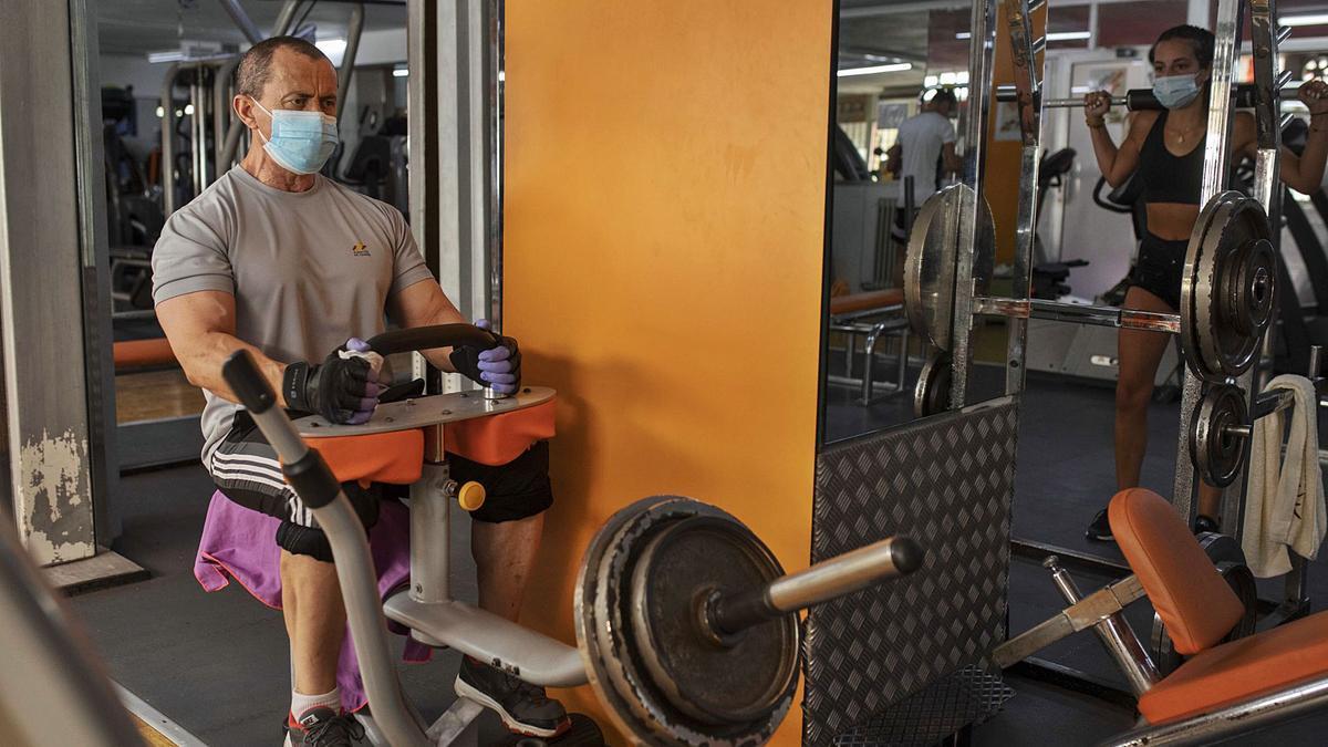 Un cliente ejercitándose en la sala de máquinas.   Emilio Fraile