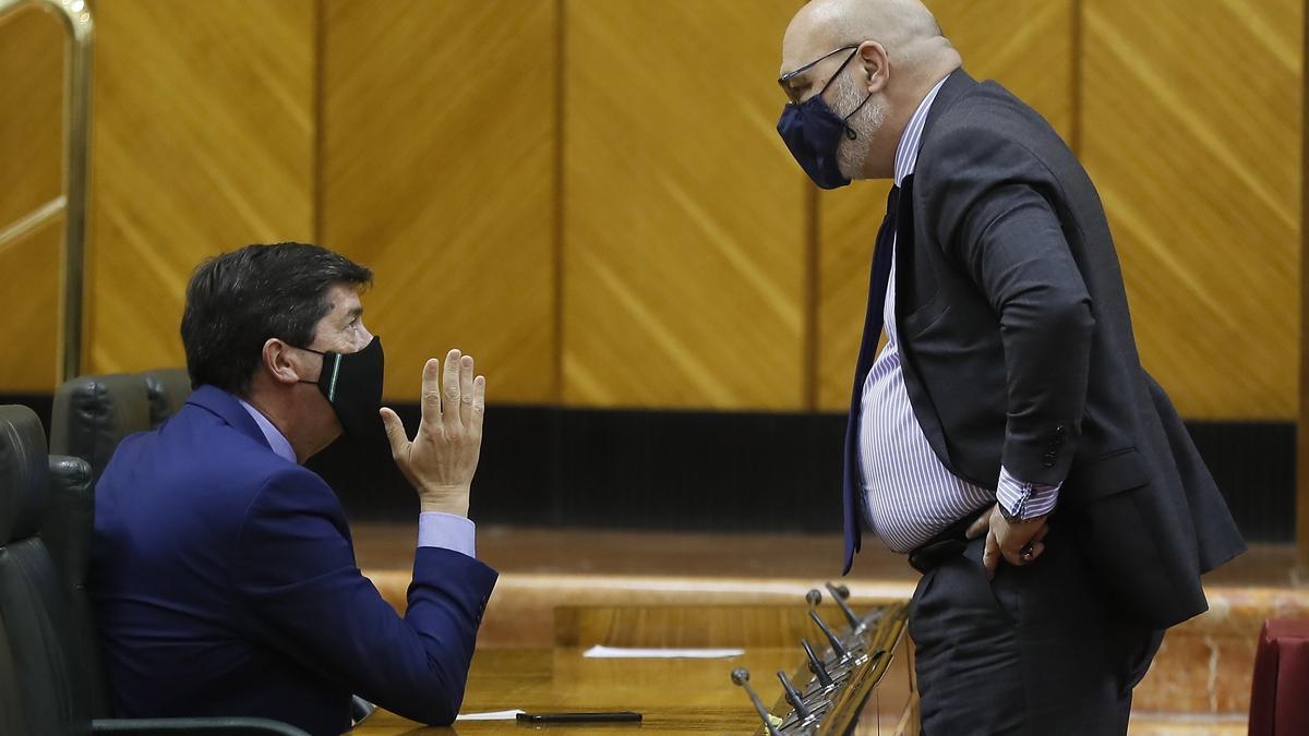 El vicepresidente de la Junta de Andalucía, Juan Marín, conversa con el portavoz parlamentario de Vox, Alejandro Hernández