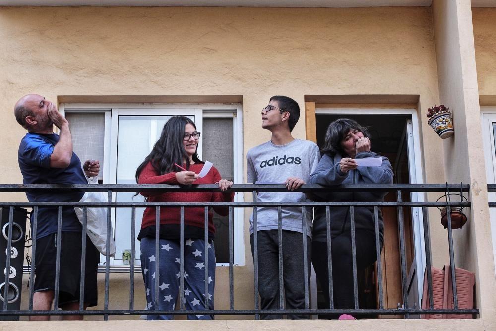 Bingo en la Calle Valencia en Santa Cruz-confinamiento coronavirus 21/03/20  | 21/03/2020 | Fotógrafo: María Pisaca Gámez