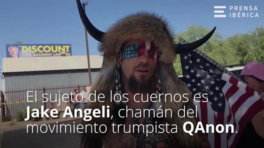¿Quién es Jake Angeli, el hombre disfrazado con un casco de bisonte que ha irrumpido en el Capitolio de EEUU?