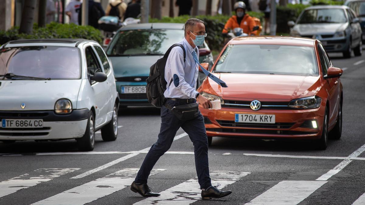 Un hombre cruza un paso de peatones a la altura del Parque García Sanabria