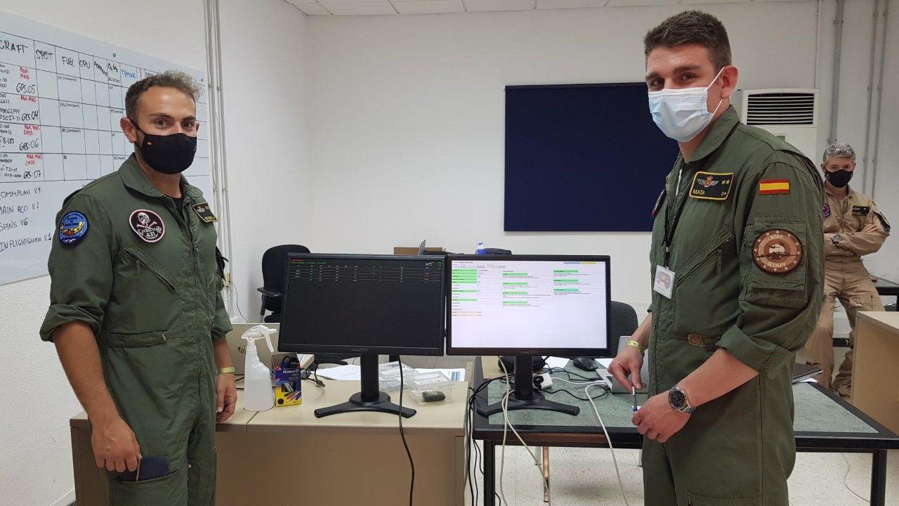 tenientes Miguel Belmonte (i) e I�aki Mata del Servicio de Operaciones.jpg