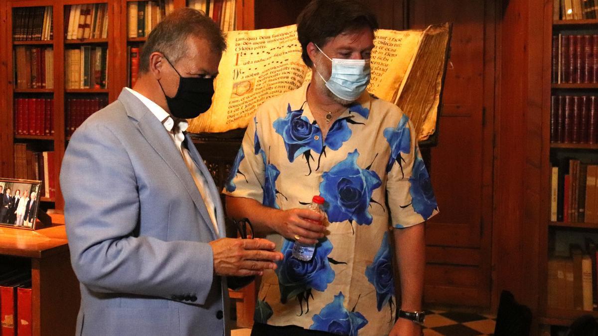 El cantant Rufus Wainwright i el director del Festival de Peralada, Oriol Aguilà, xerrant a la biblioteca del castell en roda de premsa.