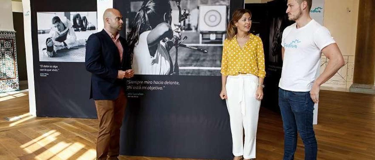 Jesús Martínez, Paula Beirán y Marcus Cooper, ayer, ante una de las fotos de la exposición.