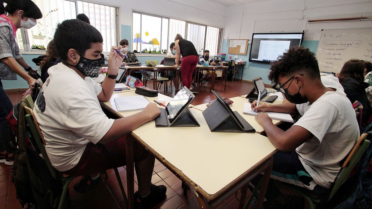 Varios alumnos durante una clase en un centro escolar de la Isla.
