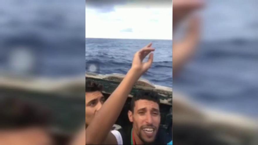 Un excampeón marroquí arroja su medalla al mar desde una patera que iba a Canarias