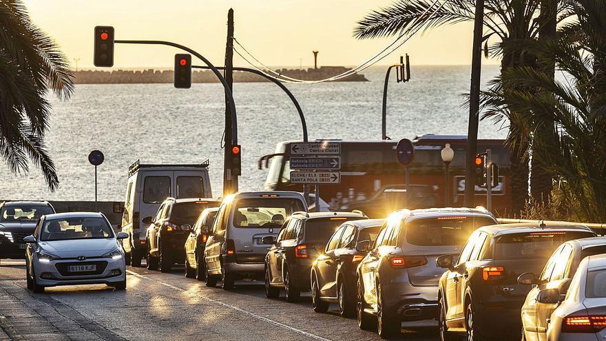 Un semáforo abierto solo trece segundos desespera a los conductores en la Vía Parque