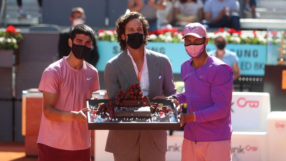 Carlos Alcaraz, Feliciano López y Rafa Nadal posan con la tarta de chocolate
