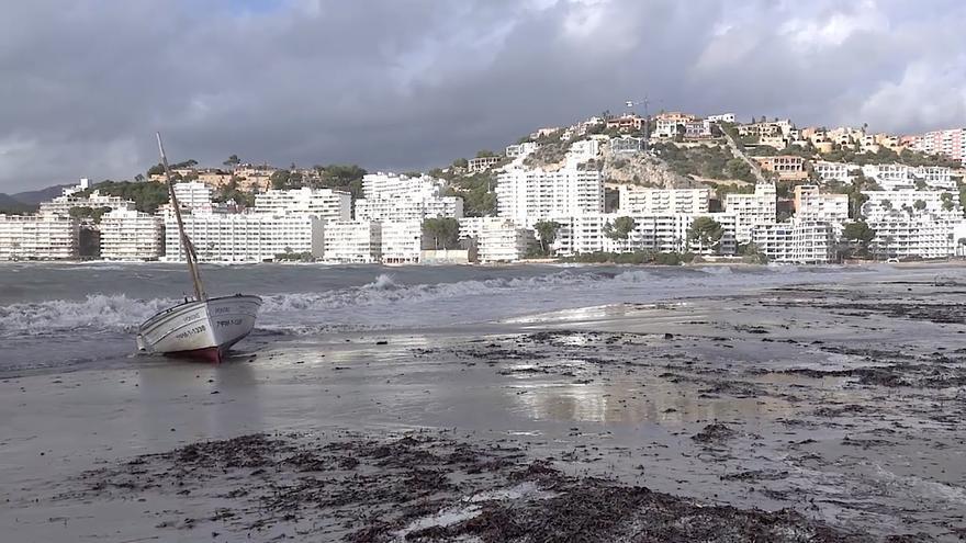 Un llaut se ha quedado varado en la playa de Santa Ponça