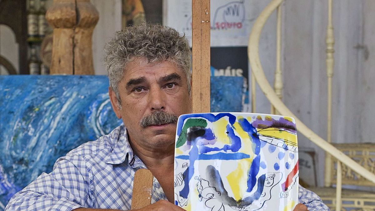 José Manuel Vidal Souto, mostrando sus creaciones.  