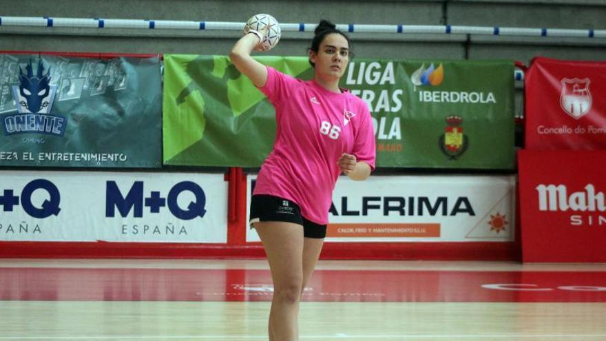 Balonmano: Julia Suárez sigue la estela de su hermana en el Oviedo BF