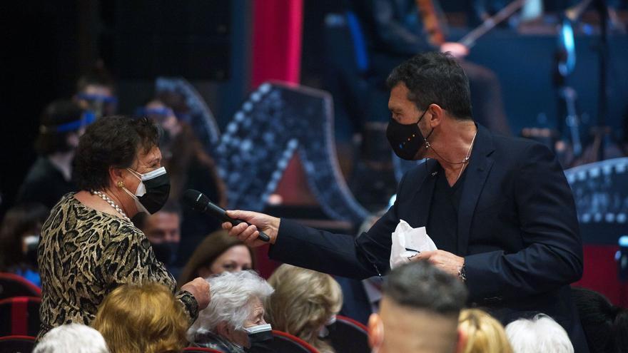Antonio Banderas homenajea a los mayores con el acto 'El mayor aplauso'