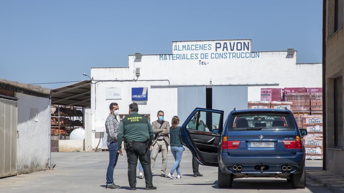 Los compañeros del fallecido y agentes de la Guardia Civil, en las instalaciones donde ocurrió el accidente.