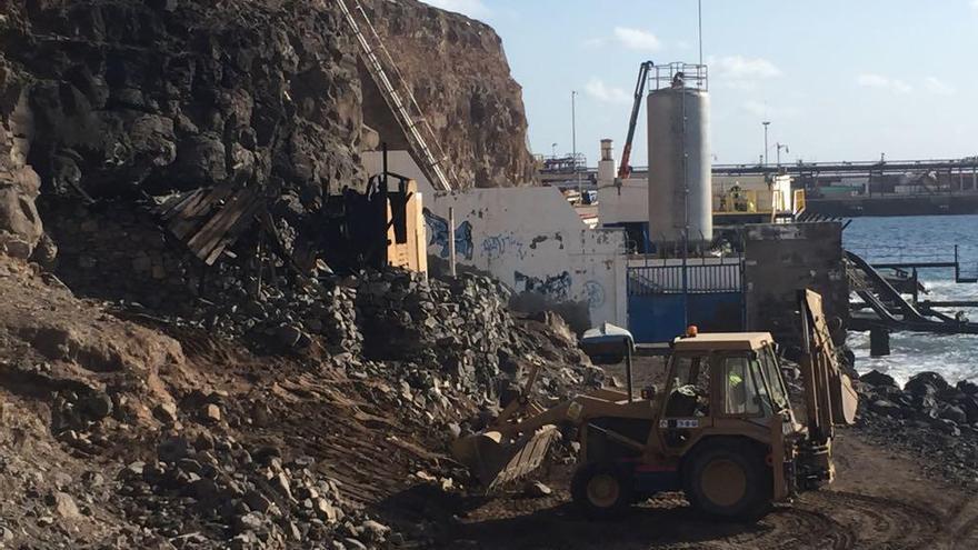 Telde recupera la playa de Silva con la retirada de dos toneladas de basuras y el derribo de casetas ilegales
