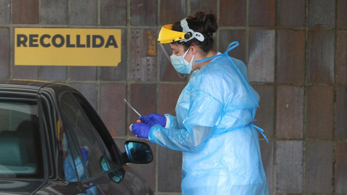 Una sanitaria realiza un test de coronavirus en el Auto Covid de Ourense. // Iñaki Osorio