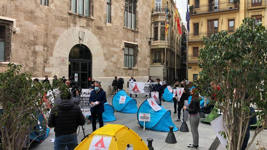 """El ocio nocturno acampa ante la Generalitat por un plan de choque contra la """"ruina económica"""" de las pymes"""