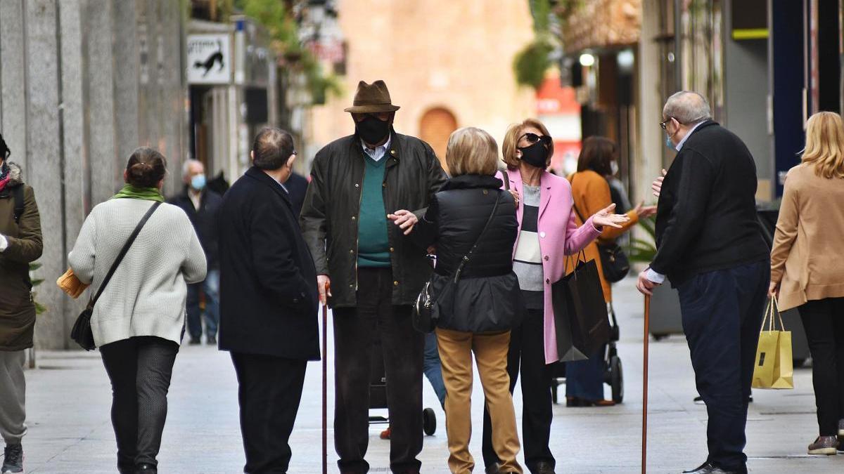 Los encuentros de más de  dos personas en las calles estarán prohibidos a partir de mañana.  ISRAEL SÁNCHEZ