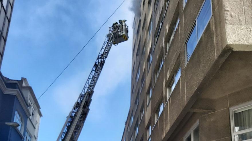 Los bomberos sofocan un incendio en una vivienda de Costa da Unión con Pla y Cancela