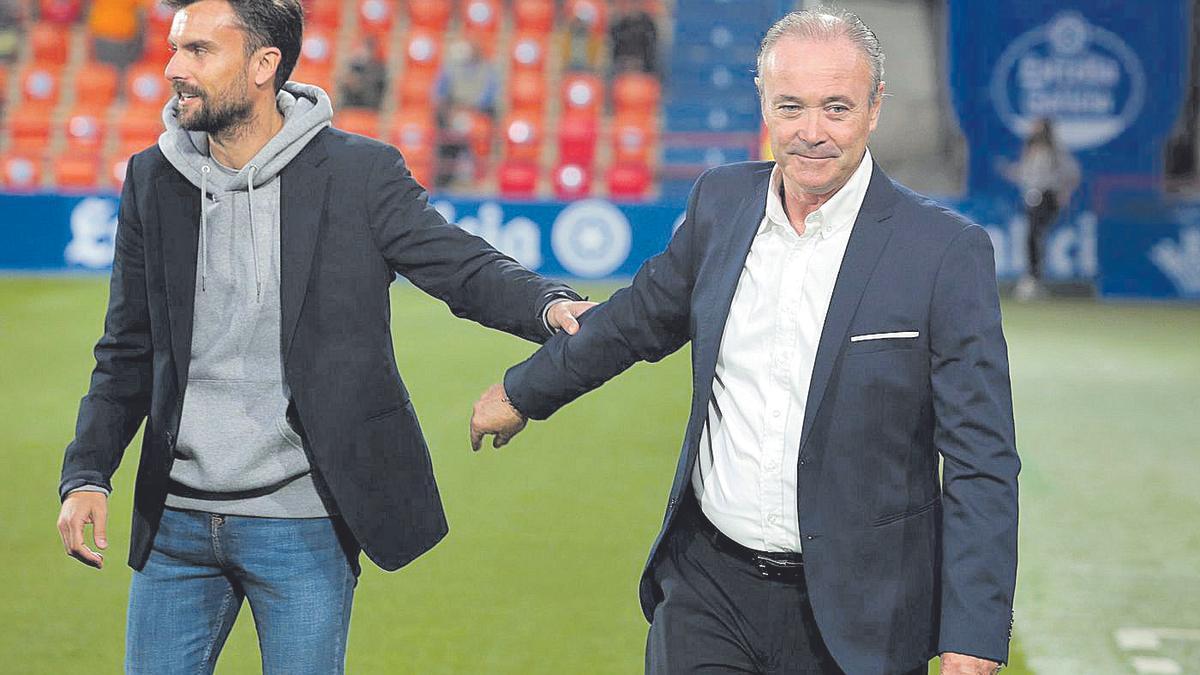 Juan Ignacio Martínez saluda a Rubén Albés, entrenador del Lugo, al inicio del encuentro