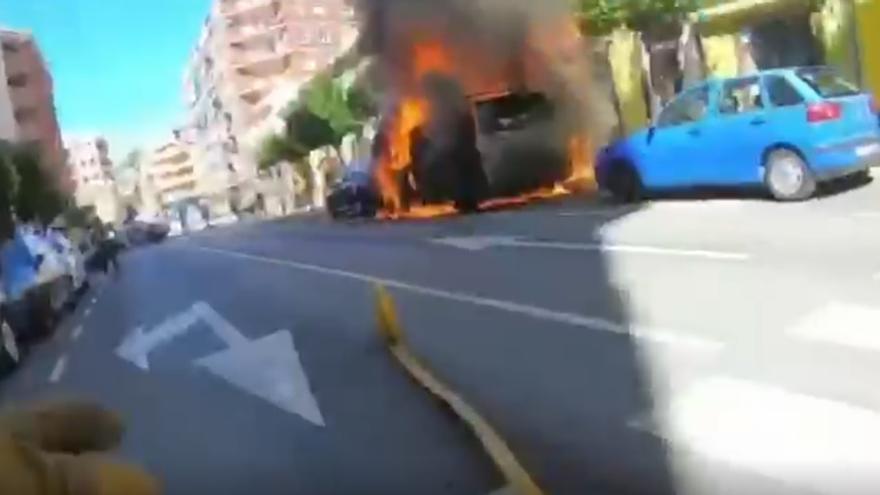 El incendio de un vehículo se propaga a otros dos coches y a dos viviendas en Dénia