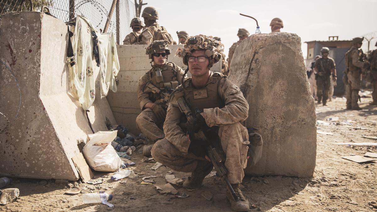Militares esatdounidenses durante la operación de evacuación en el aeropuerto de Kabul.