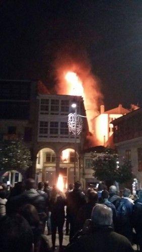 El fuego arrasa un inmueble en Pontevedra