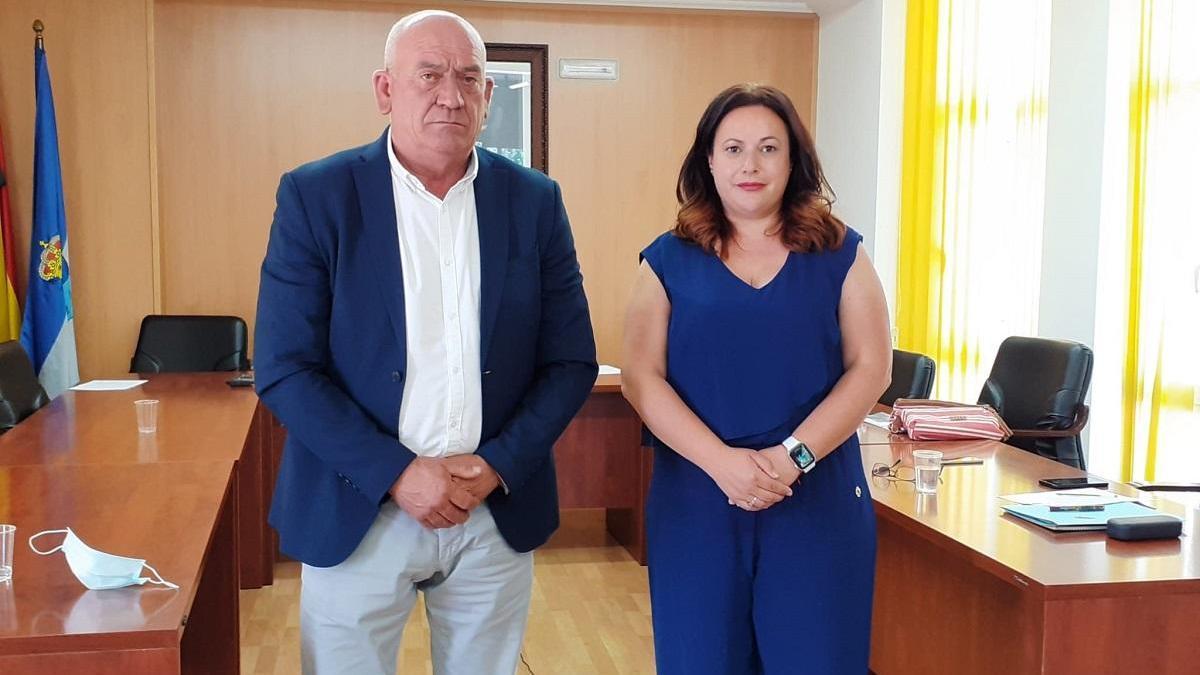 El alcalde de Cómpeta, Obdulio Pérez (PP), y Rosa Luz Fernández, de Por Mi Pueblo, el lunes tras la moción de censura.