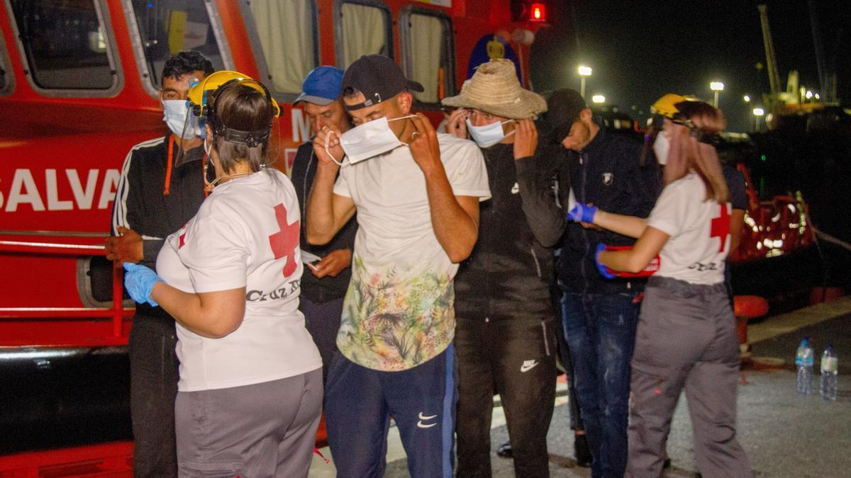 Una imagen de Cruz Roja atendiendo a los migrantes en Motril.