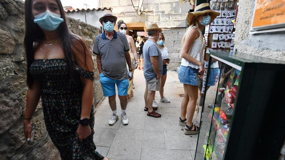 Turistas recorren las calles de Combarro
