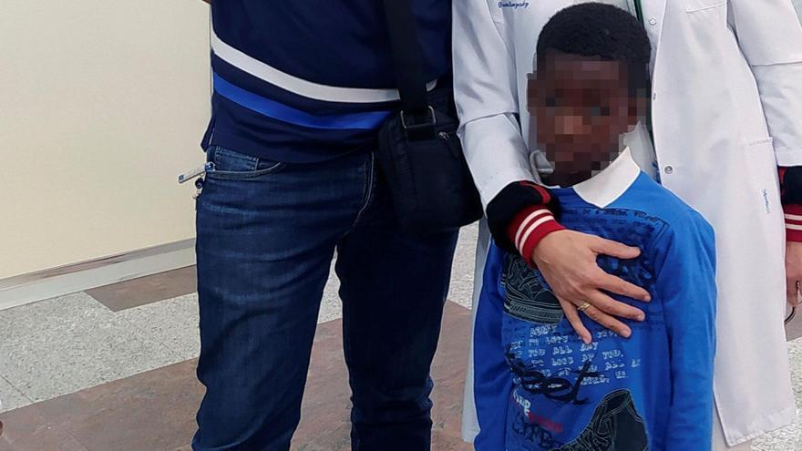 Recupera la visión un niño senegalés operado en Ferrol por Azul en Acción